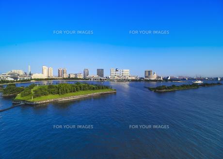 レインボーブリッジのプロムナードから見た台場公園の芝生広場と海浜公園の海揃いのビル群の風景写真。のイラスト素材 [FYI01228532]