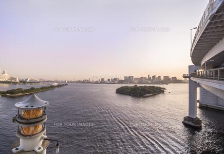 東京港連絡橋所謂レインボーブリッジのレインボープロムナードから見たマリンライトとお台場海浜公園の海。の写真素材 [FYI01228533]
