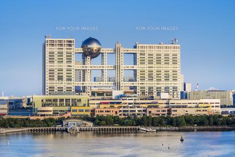 お台場海浜公園の前に立つアクアシティとランドマークとなったフジテレビ本社の巨大なFCGビル。の写真素材 [FYI01228534]
