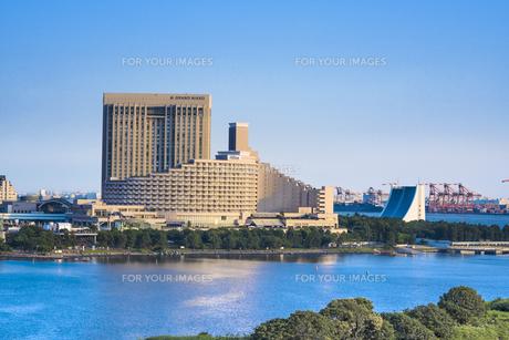 お台場海浜公園の前に立つヒルトン東京お台場とグランドニッコー東京のホテルと東京港トンネル換気施設。の写真素材 [FYI01228535]