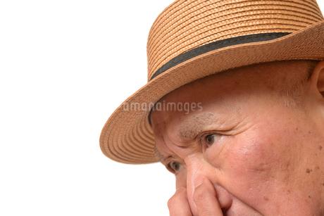 困り顔の日本人シニアの写真素材 [FYI01228724]
