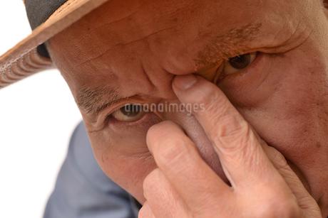 困り顔の日本人シニアの写真素材 [FYI01228726]