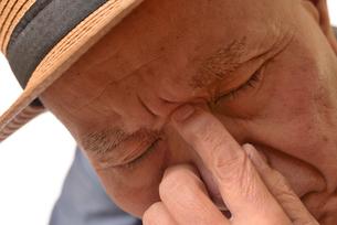 困り顔の日本人シニアの写真素材 [FYI01228727]