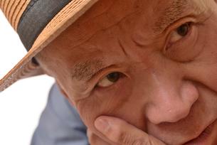 困り顔の日本人シニアの写真素材 [FYI01228728]