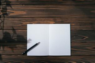 ノートとペン。下寄せ。木目の背景。の写真素材 [FYI01228943]