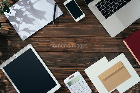 ノート、ペン、ノートパソコン、木目の背景。の写真素材 [FYI01228945]