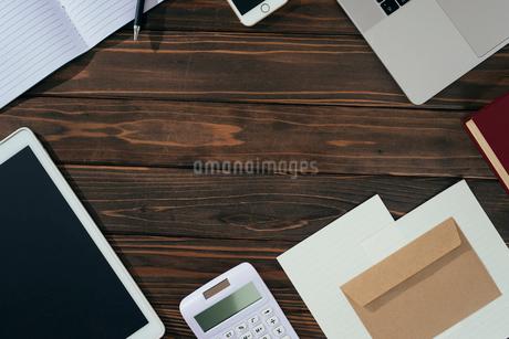 ノート、ペン、ノートパソコン、木目の背景。の写真素材 [FYI01228950]