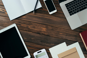 ノート、ペン、ノートパソコン、木目の背景。の写真素材 [FYI01228953]