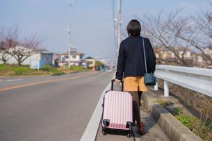 スーツケースを引く女性の写真素材 [FYI01229079]