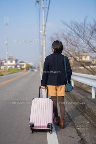 スーツケースを引く女性の写真素材 [FYI01229083]