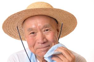 猛暑の中汗をかくシニアの写真素材 [FYI01229198]