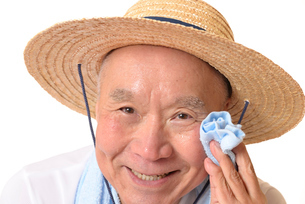 猛暑の中汗をかくシニアの写真素材 [FYI01229200]