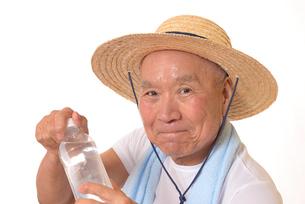 水分補給をするシニアの写真素材 [FYI01229201]