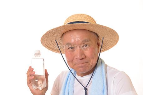 水分補給をするシニアの写真素材 [FYI01229202]