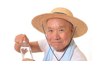水分補給をするシニアの写真素材 [FYI01229205]