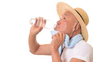 水分補給をするシニアの写真素材 [FYI01229209]