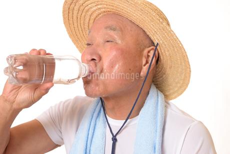 熱中症のシニアの写真素材 [FYI01229221]
