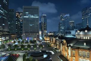 丸の内、東京駅近辺の夜景の写真素材 [FYI01229764]