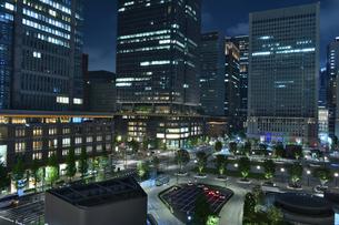 東京駅、丸の内近辺の夜景の写真素材 [FYI01229765]
