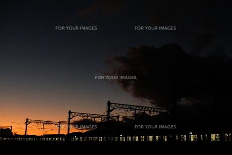 夕焼けと電車の写真素材 [FYI01229781]