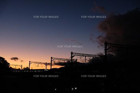 夕焼けと電車の写真素材 [FYI01229783]