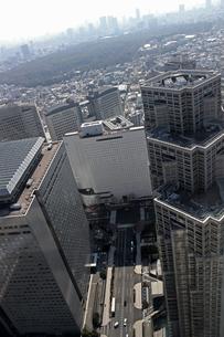 グレーカラーで統一された東京新宿の高層ビル群の写真素材 [FYI01229802]