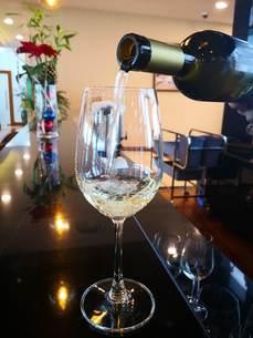 ヤンゴンの空港ラウンジで注文した白ワインの写真素材 [FYI01230125]
