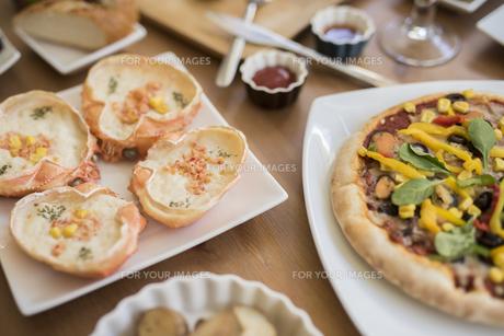 グラタンとピザ。パーティー料理。の写真素材 [FYI01230231]
