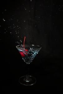 カクテルグラスとサクランボの写真素材 [FYI01230385]
