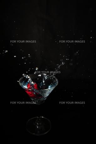 カクテルグラスとサクランボの写真素材 [FYI01230386]
