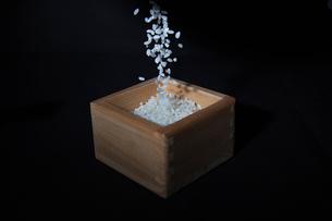 升に注がれる米の写真素材 [FYI01230417]