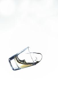 落下するショットグラスの写真素材 [FYI01230438]