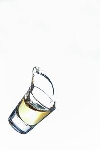 落下するショットグラスの写真素材 [FYI01230439]