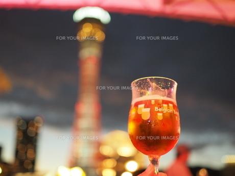 ビールとポートタワーの写真素材 [FYI01230498]
