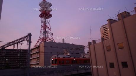 夕焼けと電車の写真素材 [FYI01230583]