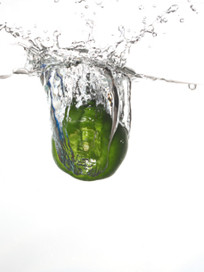 水中のピーマンの写真素材 [FYI01230617]