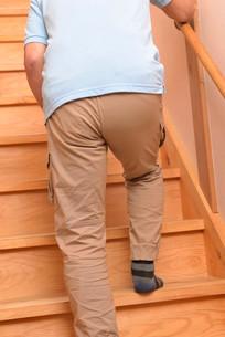 階段を上り下りするシニアの写真素材 [FYI01230817]