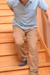 階段を上り下りするシニアの写真素材 [FYI01230823]