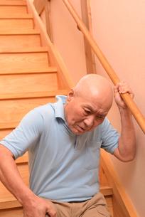 階段を上り下りするシニアの写真素材 [FYI01230827]