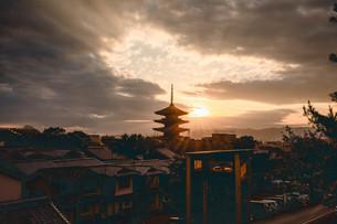 夕焼けと京都の塔の写真素材 [FYI01230876]