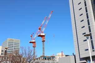 都会の工事現場 ビル建設の大きなクレーンの写真素材 [FYI01230953]