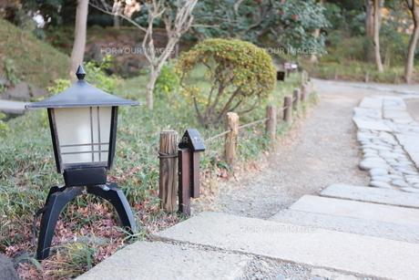 日本庭園 足元を照らす灯籠の写真素材 [FYI01230995]