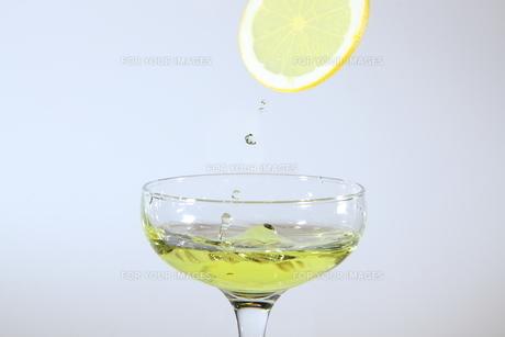 レモンと水飛沫の写真素材 [FYI01231163]