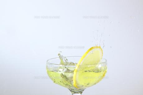 レモンと水飛沫の写真素材 [FYI01231168]