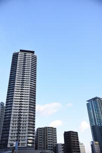 高層マンションと青空の写真素材 [FYI01231182]