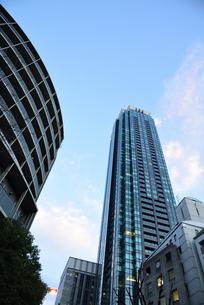 タワーマンションと青空の写真素材 [FYI01231491]