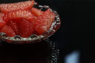 皮をむいたグレープフルーツの写真素材 [FYI01231551]