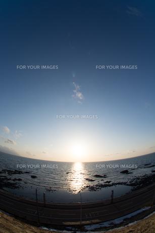 静かな海に沈む太陽の写真素材 [FYI01231573]