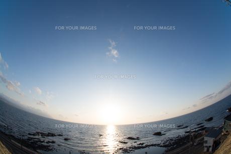 静かな海に沈む太陽の写真素材 [FYI01231574]