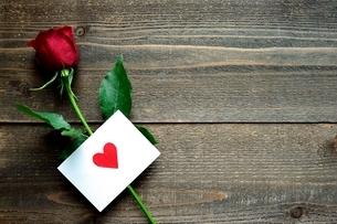 一輪の赤い薔薇とハートのメッセージカードの写真素材 [FYI01231680]